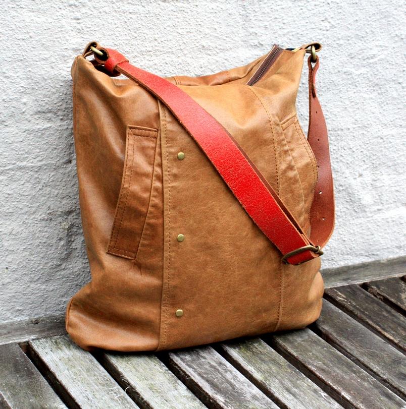 Cognac brun taske med en rød strap