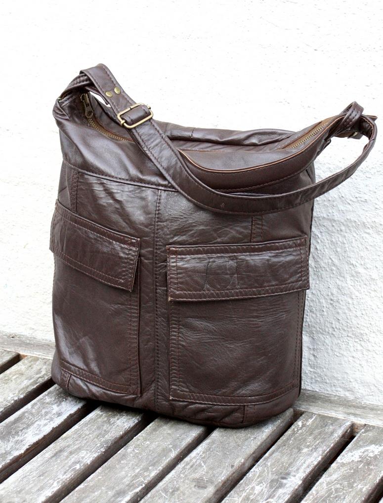 En brun taske med to lommer