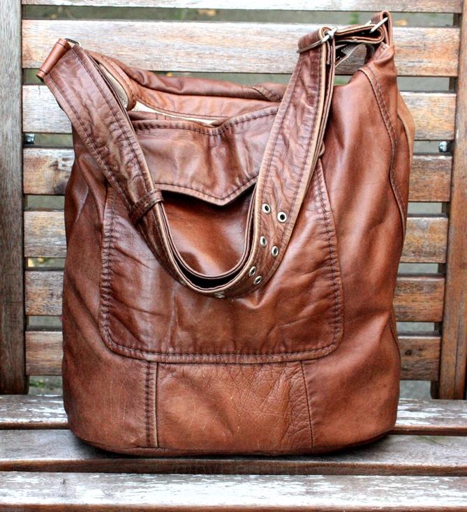En brun taske syet af vintage jakke