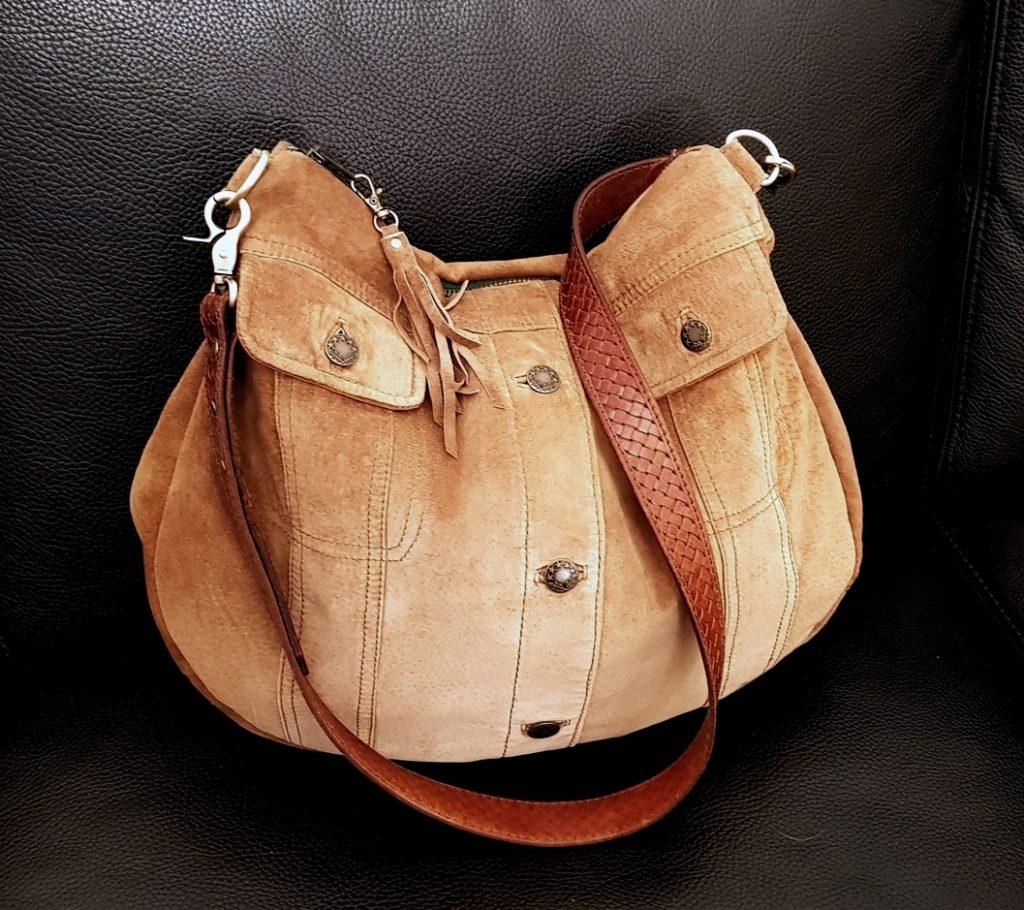 Taske af en brun ruskind jakke