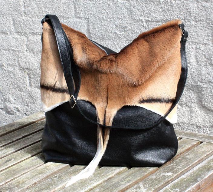 Soft sort taske med pelsklap