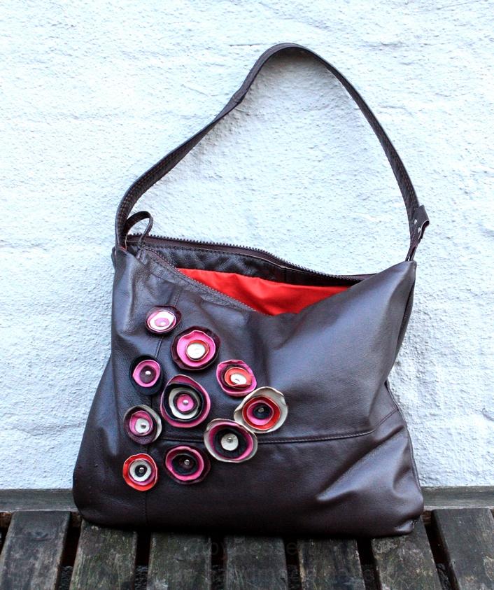 En mindre brun taske med blomster