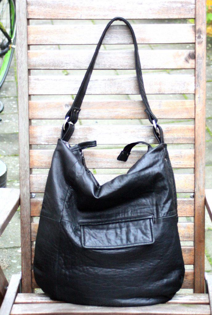 En sort citybag til Tina