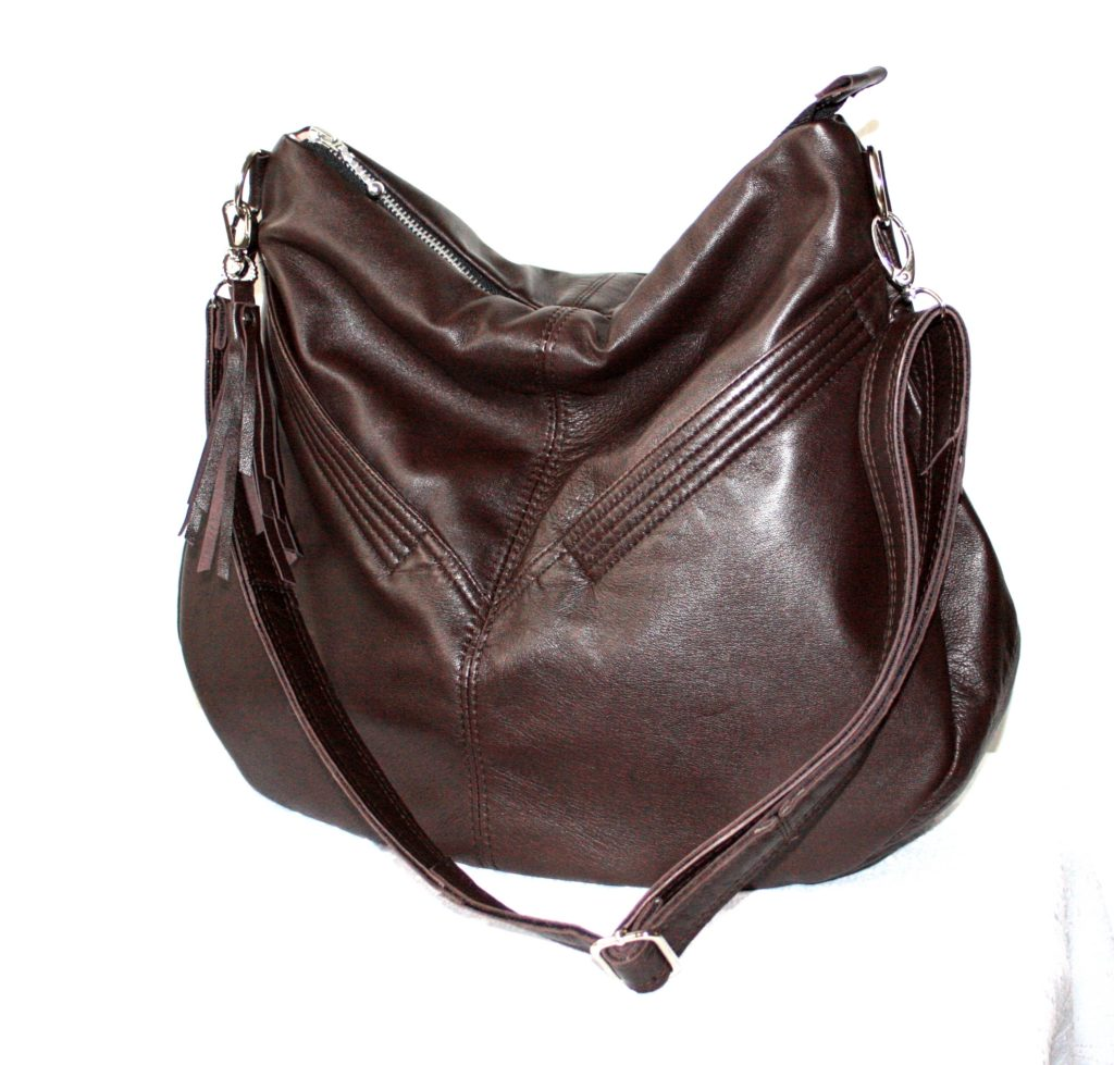 En brun taske med store lommer